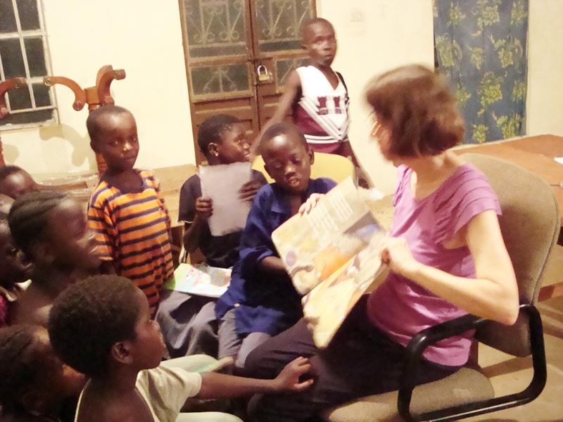 Sandra reading to Kids in Gobaru (2)